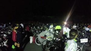 真っ暗の中バイクの準備